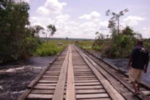"Il ponte Kwenge in ""pile canadesi"" (73 mt)"